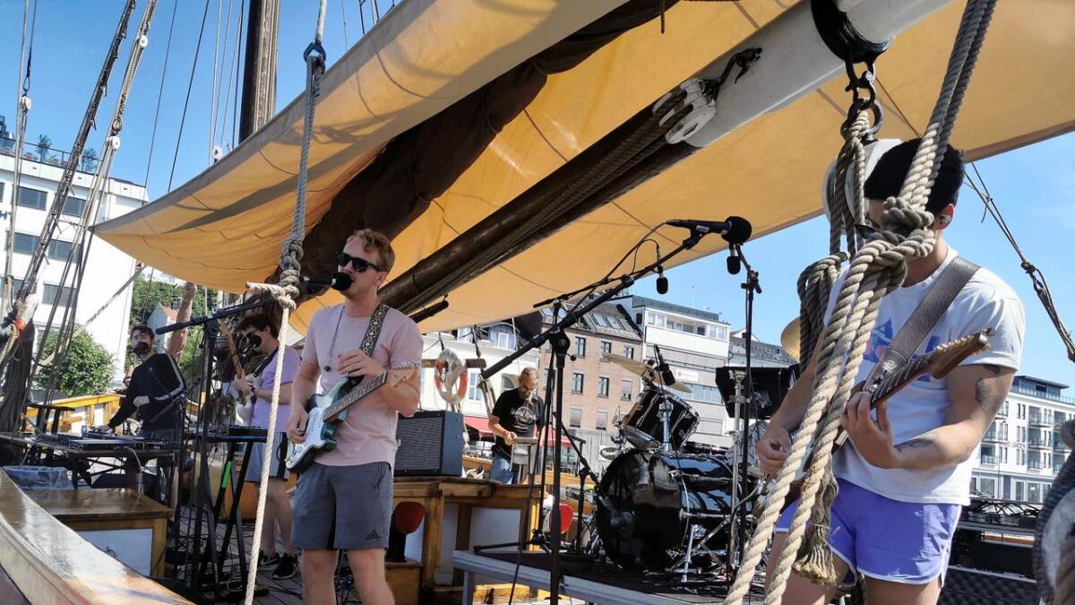 Fjorårets talentscene-vinnere UPTO88 fra Kristiansand åpnet lørdagens konserter fra seilskuten Boy Leslie i Pollen.