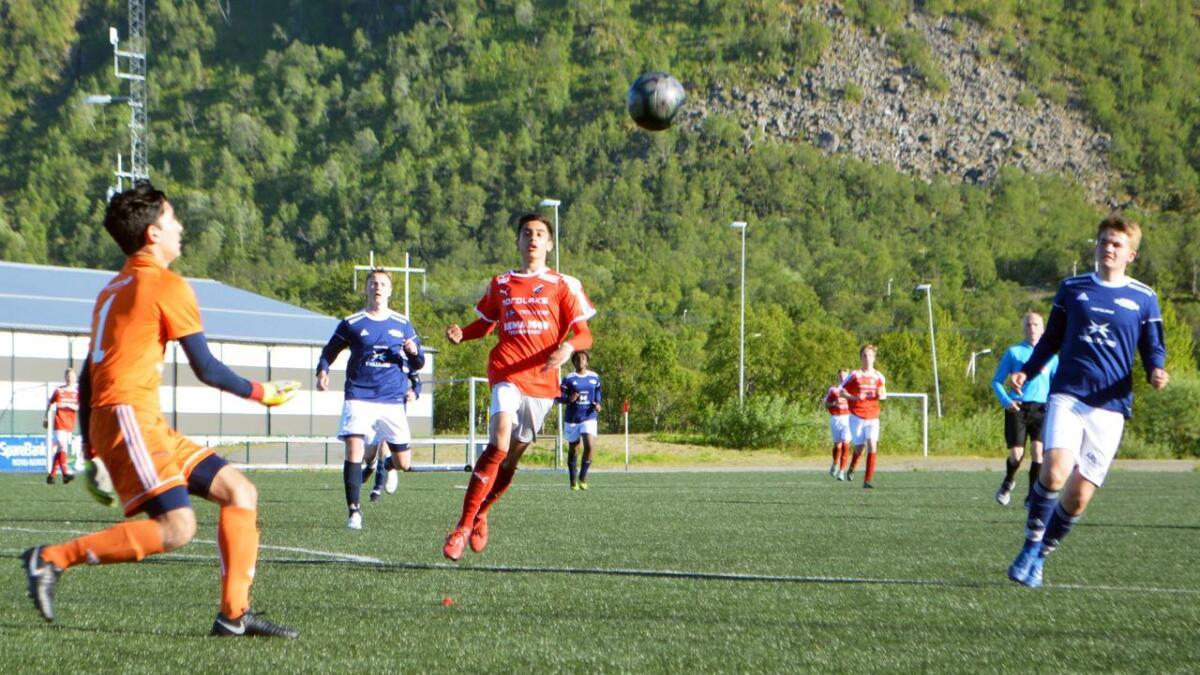 Melbo-keeper Ali Nori og Birk Bjørnvik Dahl (til høyre) hadde en tung oppgave med å holde unna Stokmarknes Oliver Granbom Andersen torsdag kveld.