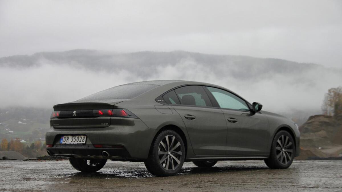 Den nye hybriden til Peugeot får ei elektrisk rekkevidde på 54 kilometer for sedanutgåva.
