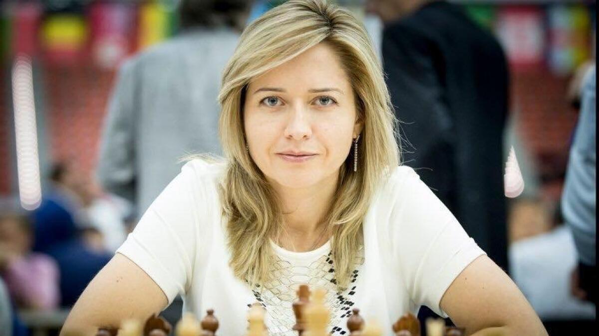 Natalia Zhukova spiller sjakk på Sortland, mot den lokale sjakklubbens medlemmer.