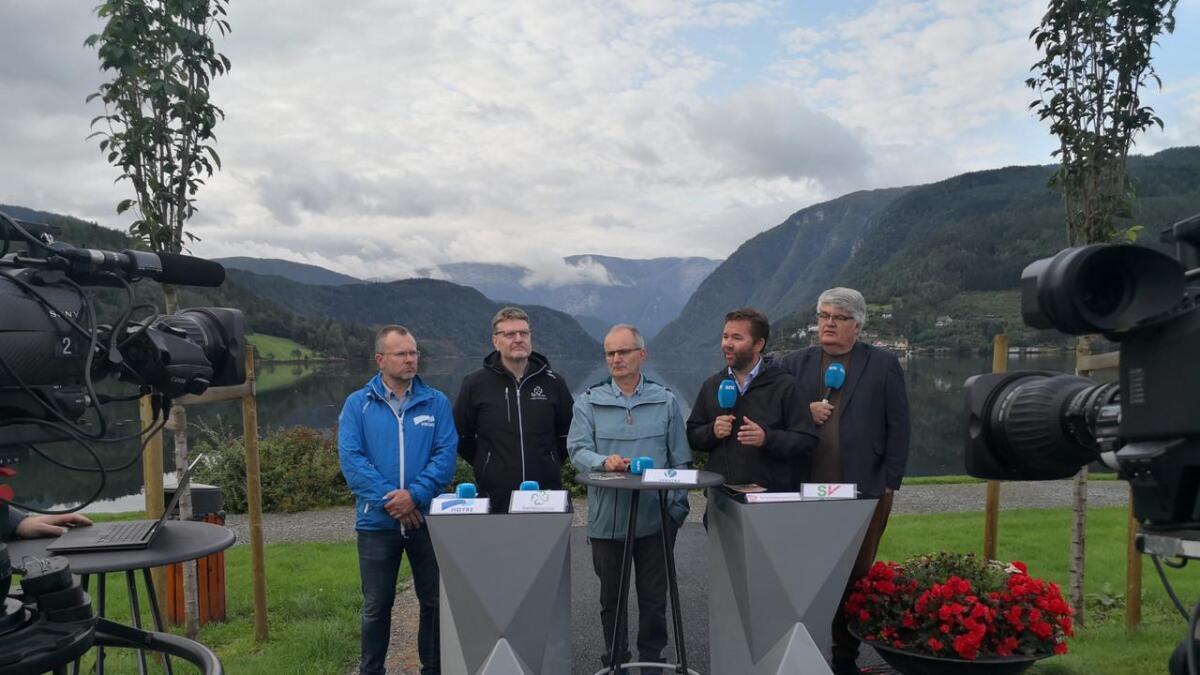 Stig Røkenes (Høgre) og Jens Olav Holven (Sp) får fleirtal for sine parti i formannskapet og dei viktigaste utvala. Her saman med Reidar Meel (V), Hans Petter Thorbjørnsen (Ap), og Harald Gorm Johnsen (SV) under NRK sin politiske debatt før valet.