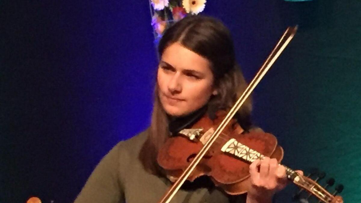 Johanne Flottorp vert rekna for ein av dei mest spennande på hardingfele i dag, og det talrike publikumet fekk raskt sjå kvifor då ho spelte under opninga av Osafestivalen.