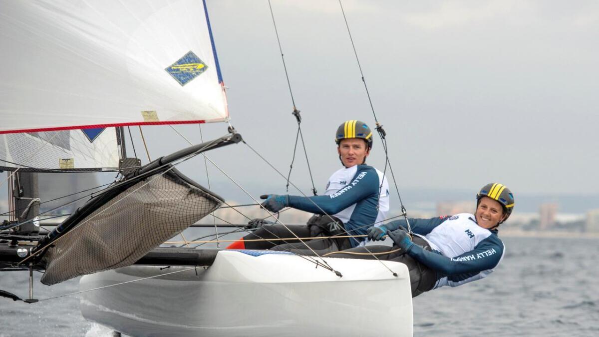Martine Steller Mortensen og kjæresten Nicholas Fadler Martinsen seiler i båtklassen Nacra 17. Nå venter noen viktige måneder i kampen om å få representere Norge i sommer-OL i Japan 2020.