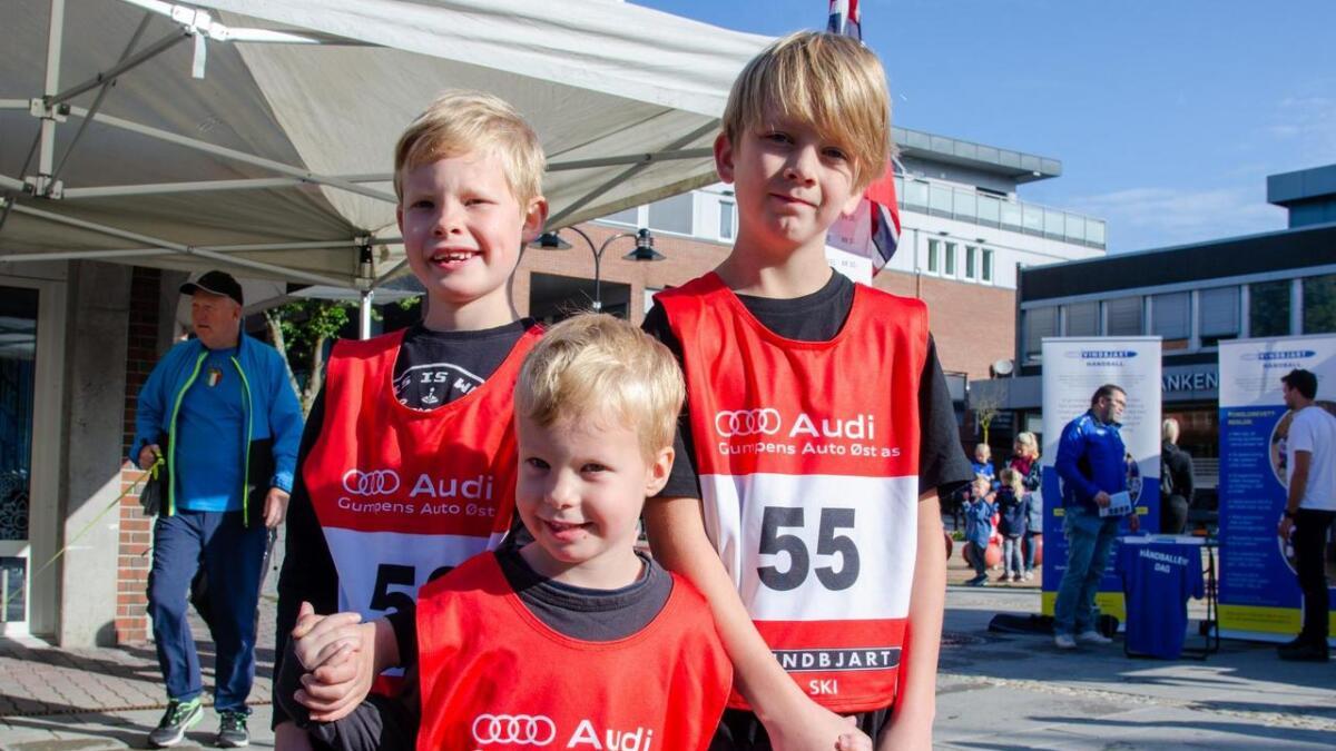 Tobias Jomås (8), Melvin Jomås (4) og Nathaniel Dahle (9) fotografert i minuttene før de skal stille til start i Sentrumsløpet.