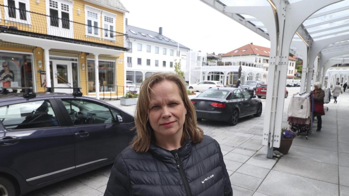 May Brit Haringstad er fortvila over parkeringssituasjonen i sentrum. – Det står bilar overalt.