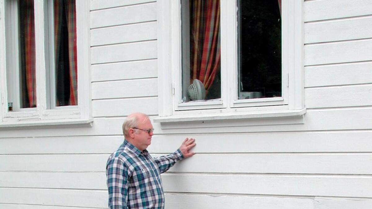 Kurt Stangeby viser rester av trappen som fortsatt står, men inngangsdøren er fjernet...
