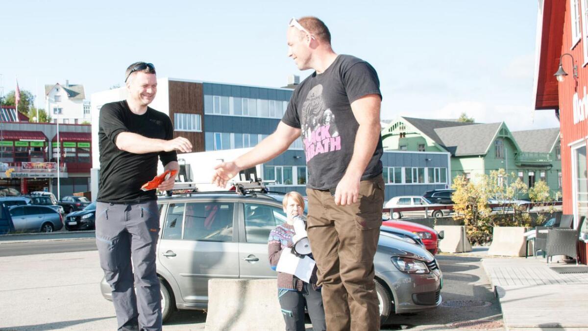 Jim Ness Bodø padleklubb og Runar Holdal fra Harstad (3.plass) gratulerer hverandre med plasseringa. Leder i Vesterålen padleklubb, Marian Leonhardsen (midten) deler ut premier.