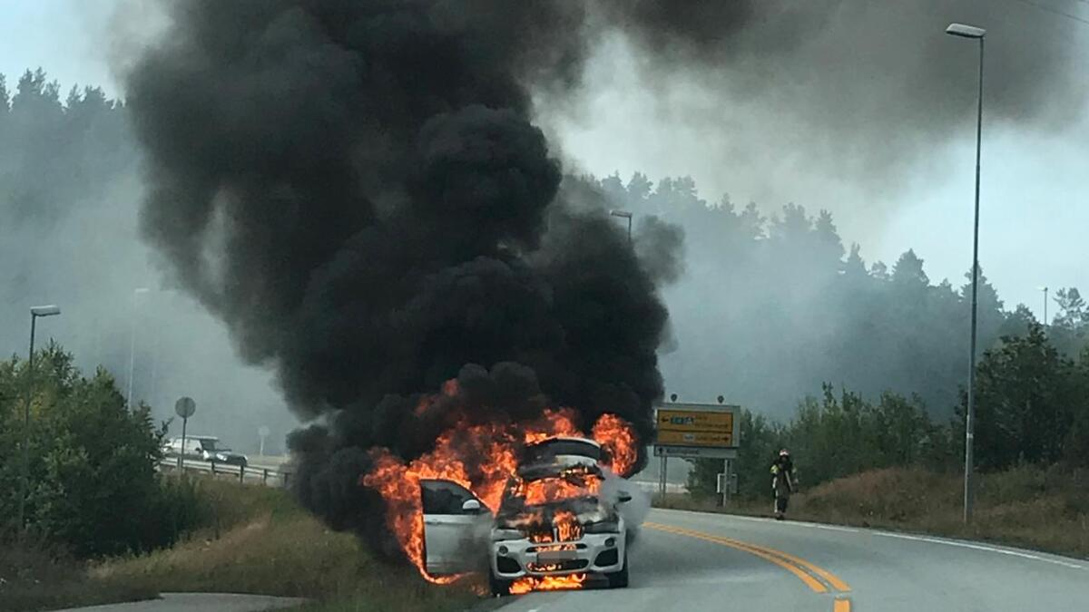 Først kom det røyk – deretter så de flammer komme opp fra panseret, sier et øyenvitne.