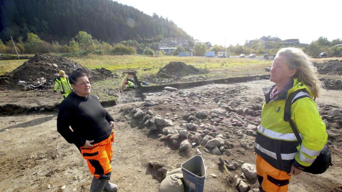 Yvonne Dahl og Karianne Foss Nygaard fortel at gravhaugar i gamledagar også fungerte som merking av eigedom. Steinhaugen bak dei kan vera ein slik.