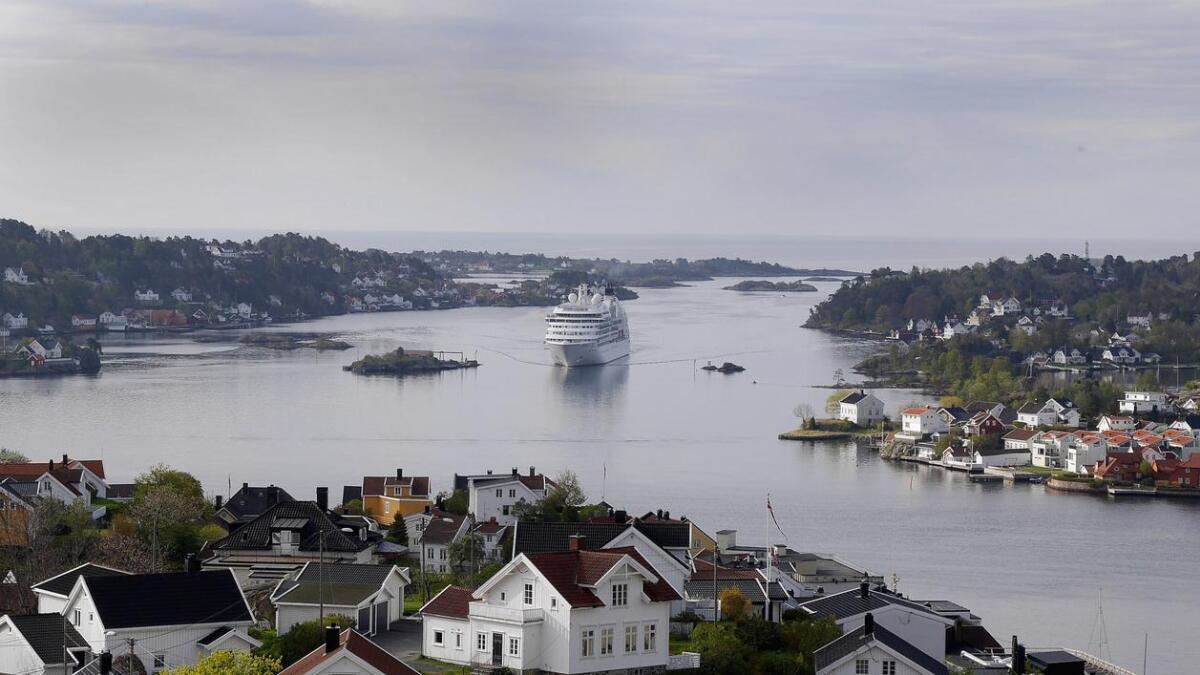Det er i dag for trangt inn Galtesund for de større skipene, her er et av de mindre på vei inn i fjor.
