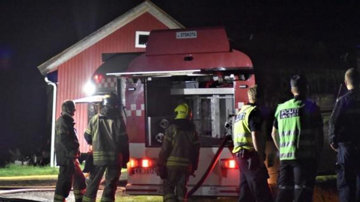 Politi og brannvesen rykket ut til hyttebrann på Gvarv i natt.