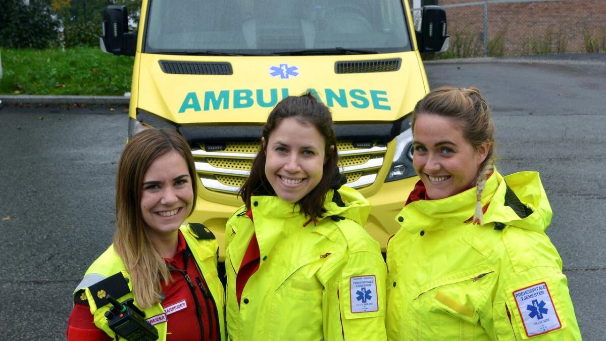 Silje Dalen og Linda Vikne skal arrangere mesterskap i ambulanse. Lærling Mailen Sommer Andersen (t.h.) er påmeldt deltaker.