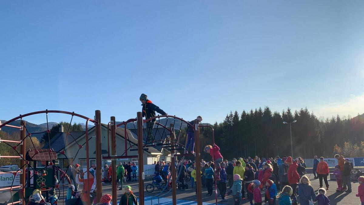 Alt i god tid før starten klokka 11 sundag var fullt av folk samla ved Viljar sitt klubbhus for å gå Bømomarsjen. Med over 1100 deltakarar vart det ein klar ny rekord. Og ein folkefest for store og små.