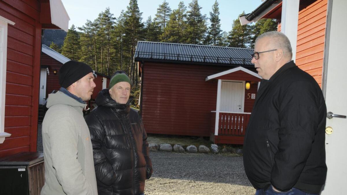 Fengselsbetjent Torleiv Hvistendahl (t.v.) og Erik Skjervagen var klare i meiningane sine overfor Hoksrud om viktigheita med fangeleiren.