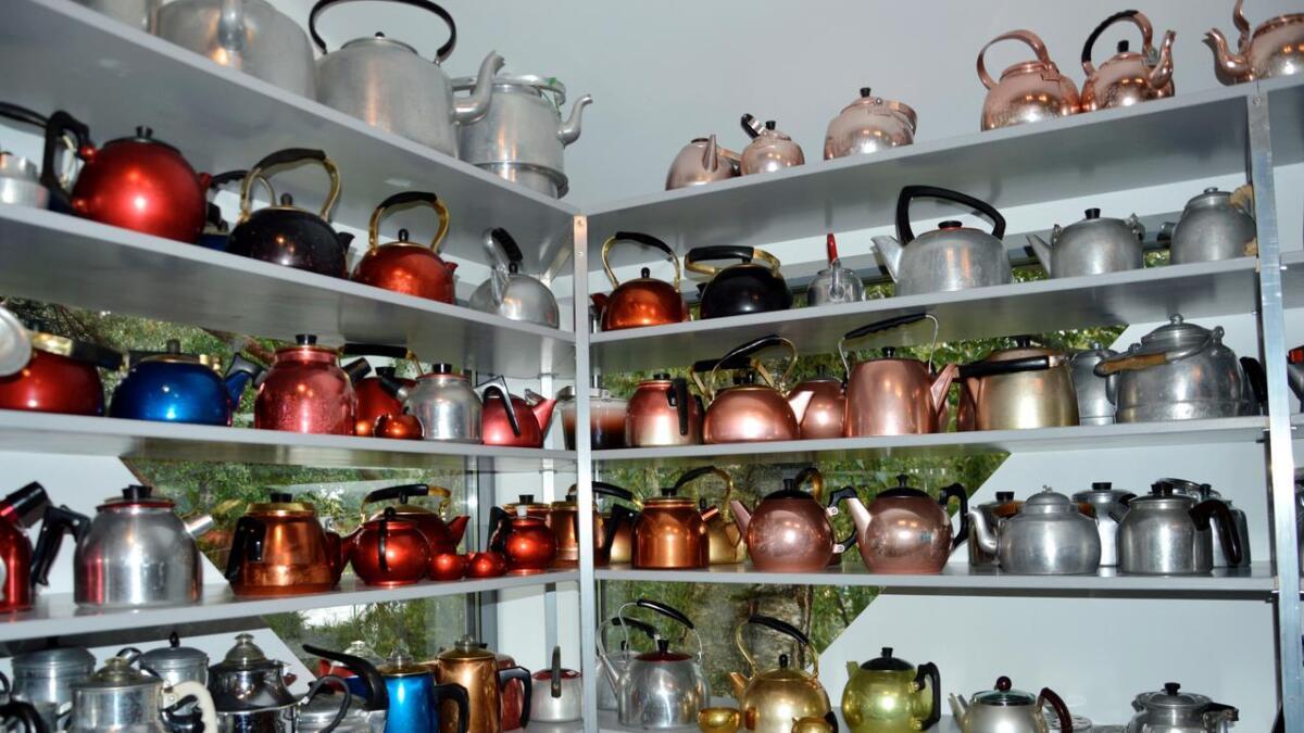 Marit og Hans Olaf Aanensen har åpnet museum med aluminium på Hisøy. Her et glimt av hjørnet med kaffekjeler.