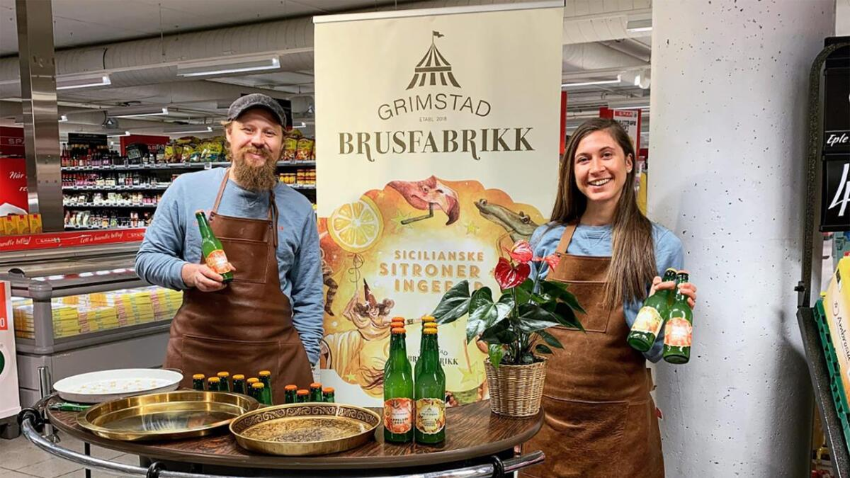 Brusbrygge Mathias Skodje Skjong og daglig leder Ida Konradsen har brukt mye tid på å dele ut smaksprøver rundt i området. I år regner de med å selge 100.000 flasker, Det er en femdobling siden i oppstartåret, som var i fjor.