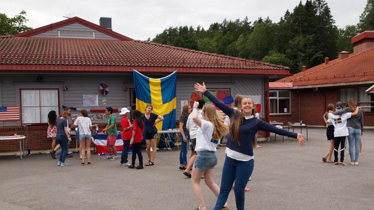 Det var ikke vanskelig å se at ungdommene hadde funnet tonen, og det var mye klemming, fotografering og danseglede.