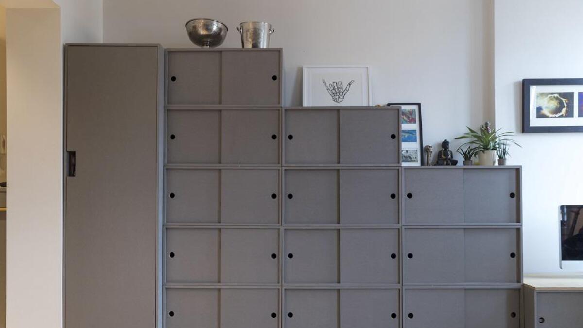 Klærne er fordelt på tolv kasser og et garderobeskap. Det er litt vanskelig å huske hva som ligger hvor, innrømmer Olsen.