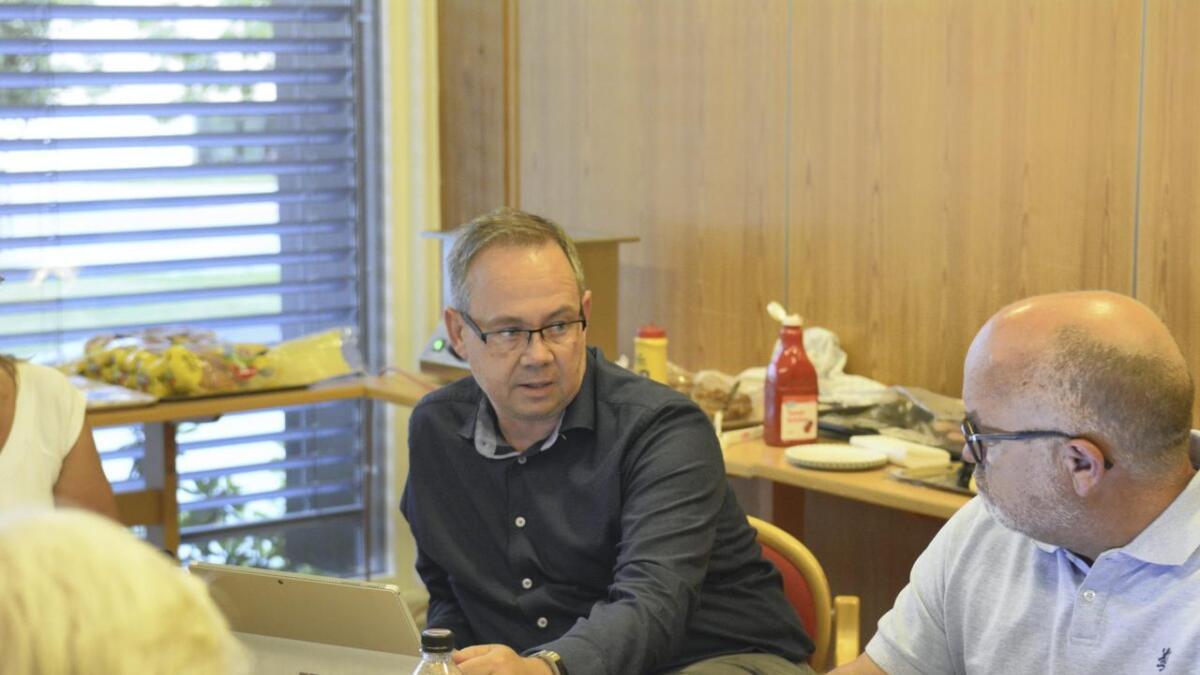 Nes-rådmann Jon Sverre Bråthen (t.v.) svarte på Kjell Jevnes (H) bekymrede innspill i formannskapet.