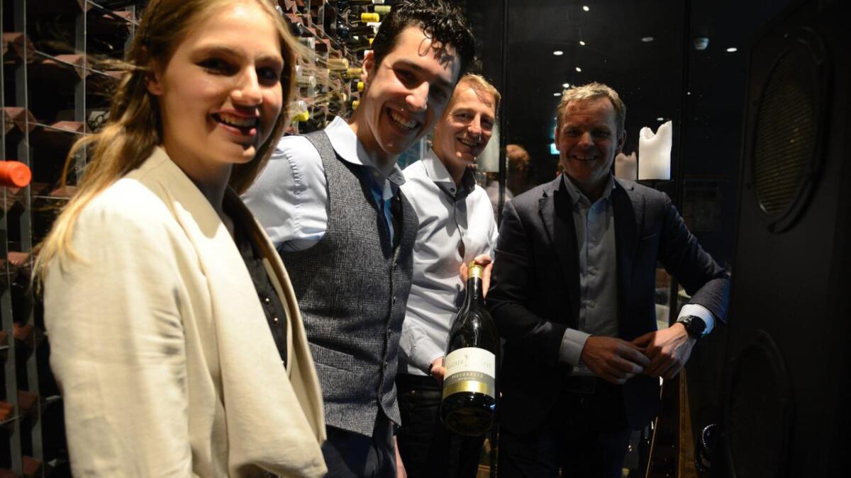 Dei spretta ikkje champagnen, men jubelen stod i taket då Norsk Reiselivsfagskole vart godkjend. Her er adm. direktør på Vestlia Resort, Roger Espeli, (t.h.) og driftsdirektør på Bardøla høyfjellshotell, Terje Simonsen, saman med studentane Ziga Merslavic og Kaja Subelj.