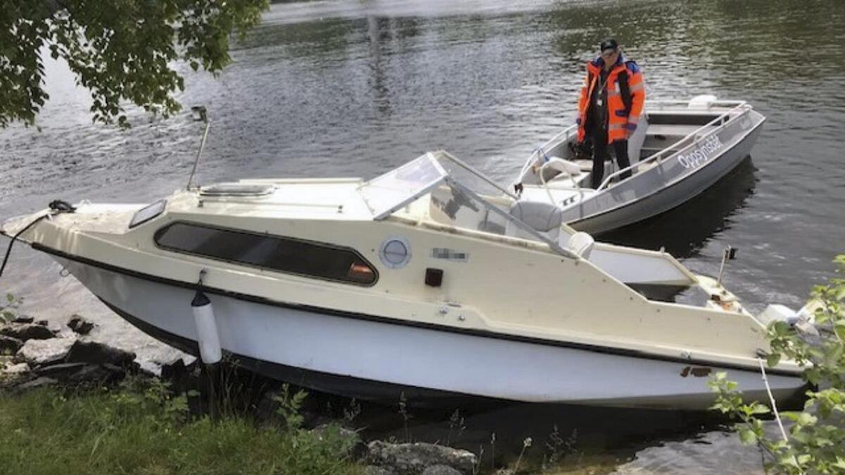 Båten lå rett mot elvekanten.