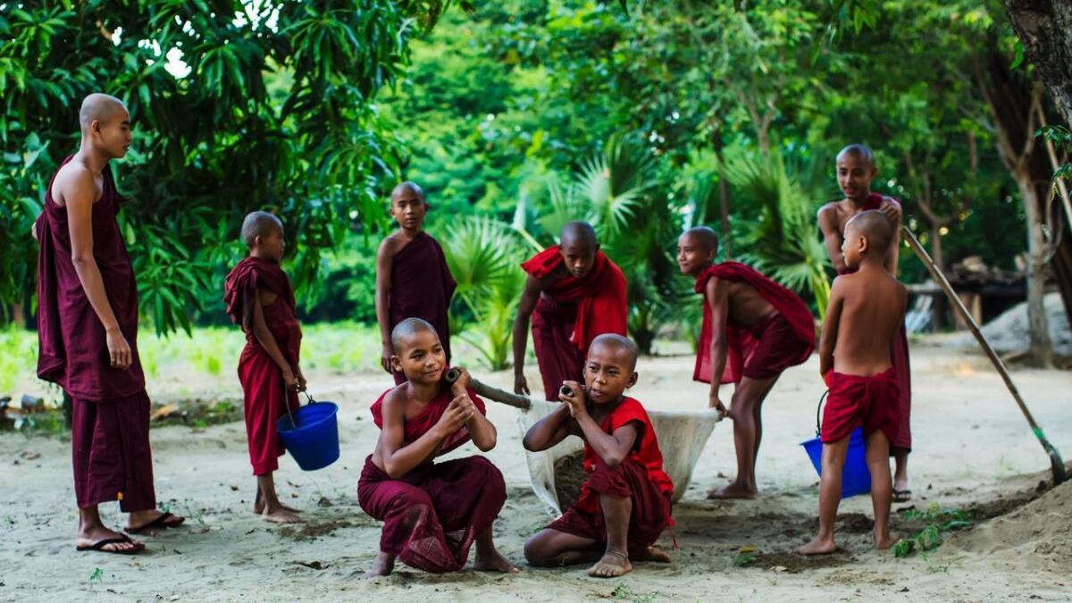 Gutar mellom 7 og 13 år skal hjelpe til i eit buddhistkloster ein periode. Nokre held fram som munk, og det betyr gratis utdanning.