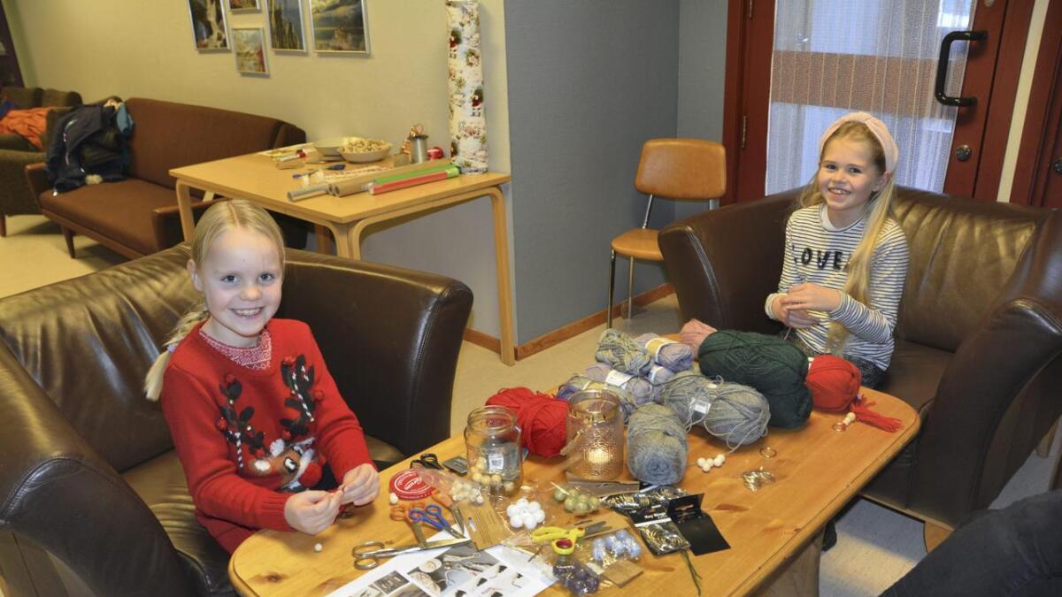 Kari Heimdal (t.v.)(7) og Lilly Solheim (9) kosa seg med å lage nøkkelringar.               BEGGE