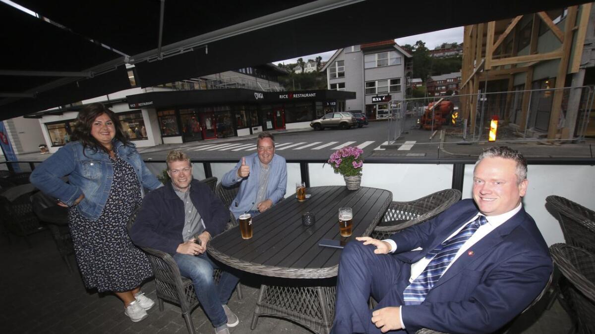 Laila Reiertsen, Jan Kristian Rokne og Torstein Skårnes er nøkterne optimistar før valresultata kjem ut. Tore Kleppe i midten, trur på 33 prosent og 13 mandat i det nye kommunestyret.