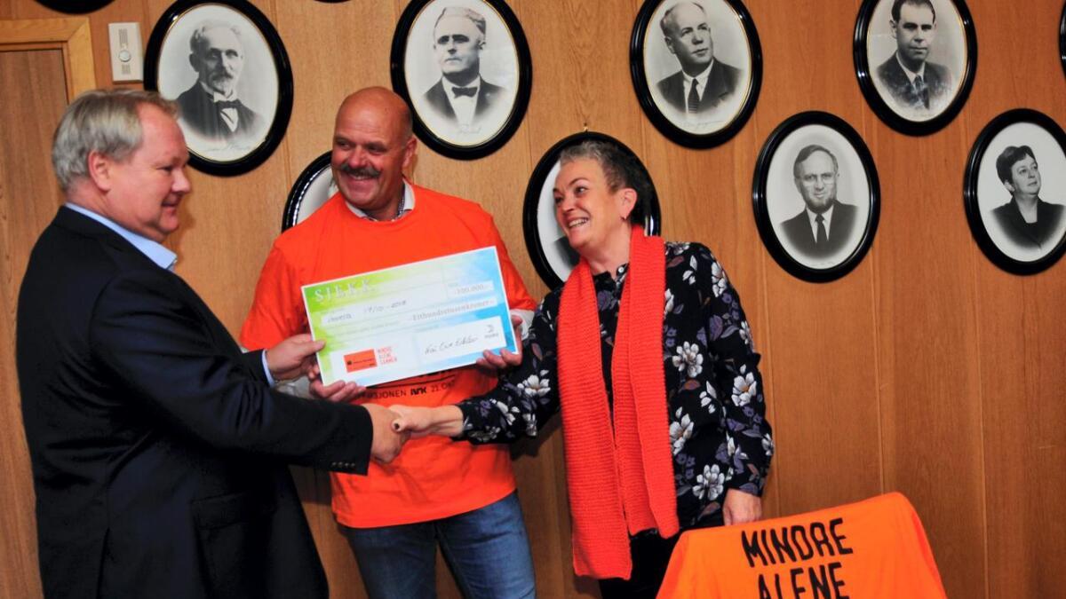 Varm takk fra ordfører og aksjonsleder til Kai Ove Erklev da han ga TV-aksjonen en skikkelig pangstart med en sjekk på 100.000.