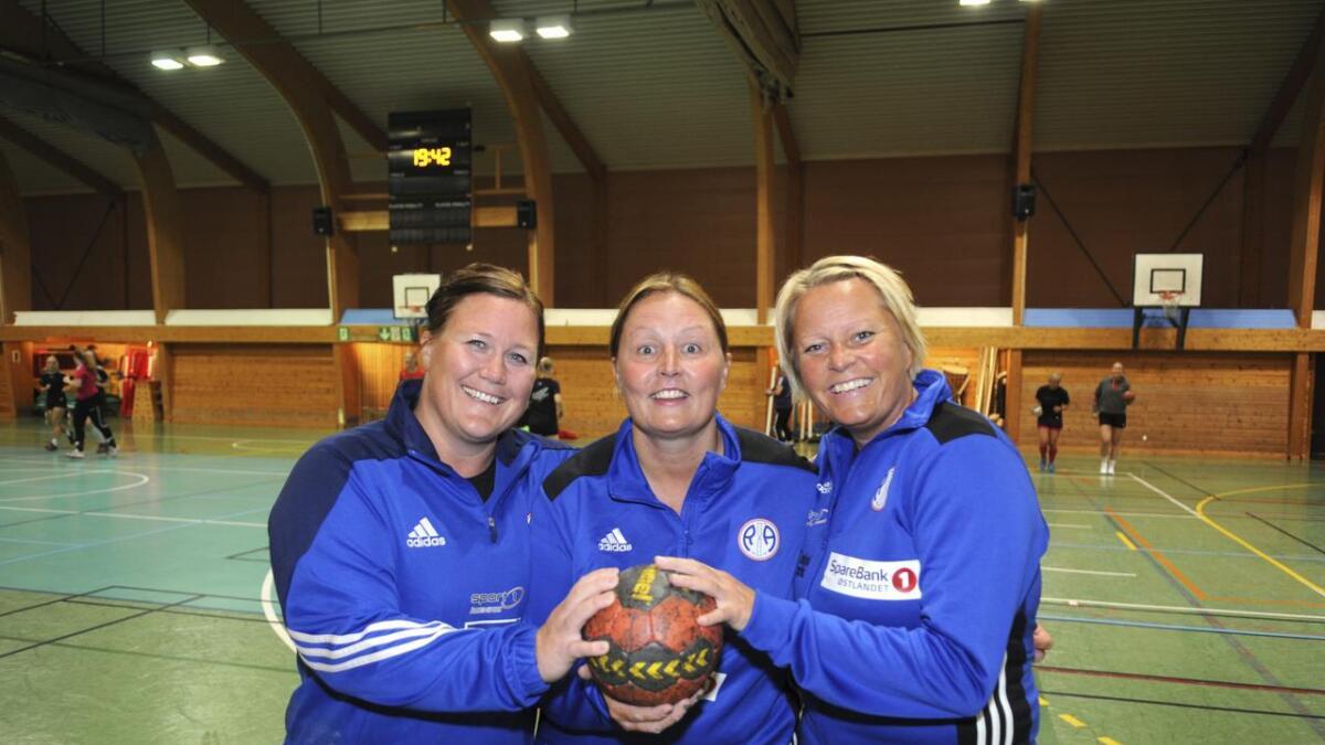 R&Å-damenes nye trener-trio, fra v. Anette Tunhøvd, May Linda Lure og Lena Bøsterud, ønsker velkommen til cupkamp i Neshallen torsdag. Høland er motstander, et lag det er mulig å spille jevnt med og slå ut.