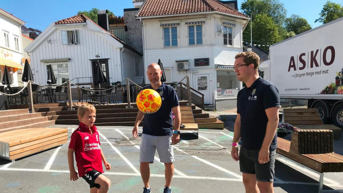 Markedssjef Rune Nøstvik og daglig leder Trond Christoffersen fikk prøvd seg litt på fotball i sentrum da de traff Vemund Skjaker Westby (7) nylig.