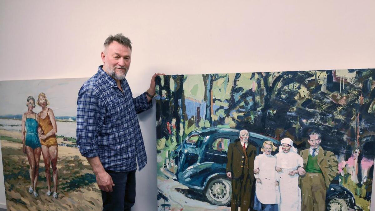 Festivalutstillar Tor-Arne Moen nyttar ofte gamle foto i svart-kvitt som motiv for måleria sine. Han nyttar mykje fargar og kraftige strok.