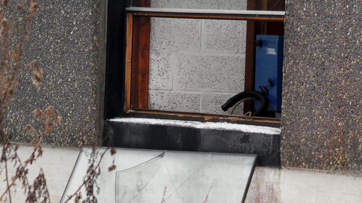 Tyvene tok ut hele vinduet på baksiden av hotellet.