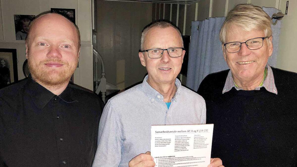 Glenn Cato Christensen, V, Svein Arne Haugen, AP og Finn Bjørn Rørvik, H har fordelt dei mest sentrale tillitsverva og skrive under på samarbeidsavtale for den nye fireårsperioden.