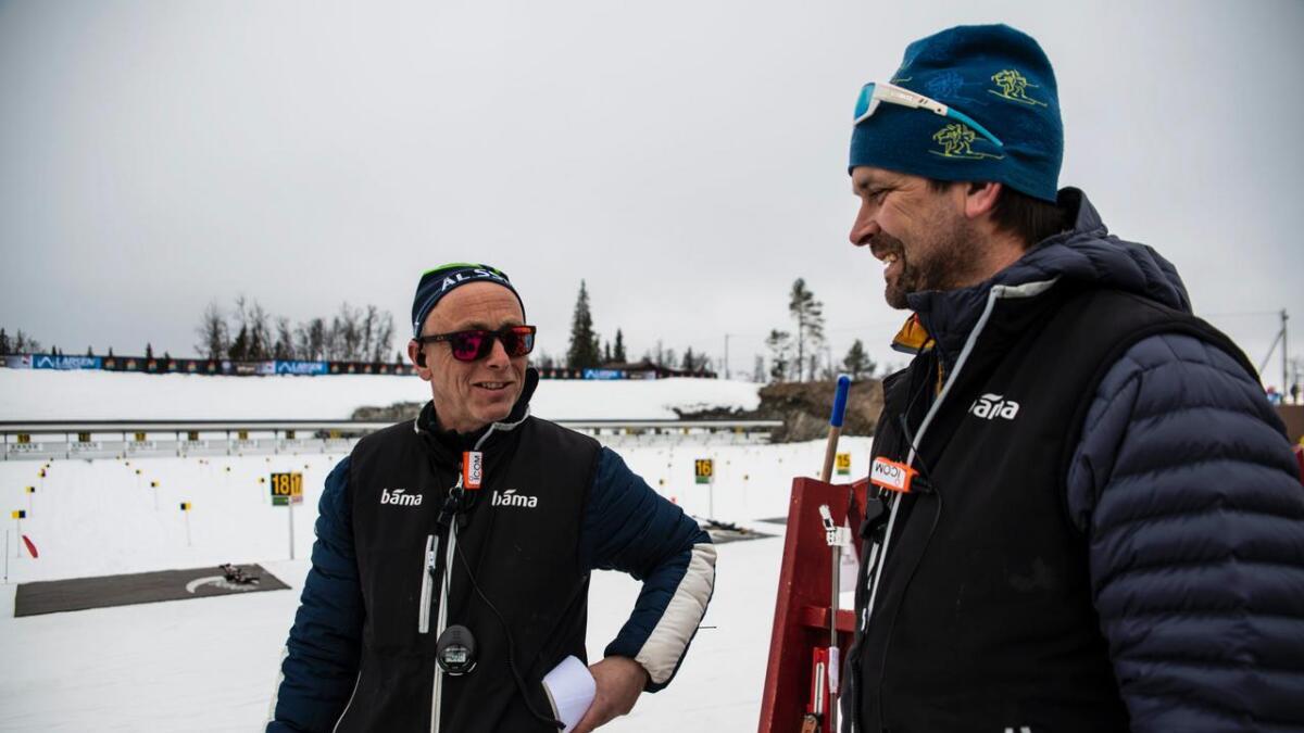 Eilev Sørbøen (f.v.) og Per Kvelprud delar på å halde oversikt på standplass. Kring 1100 løparar skal innom i løpet av helga.