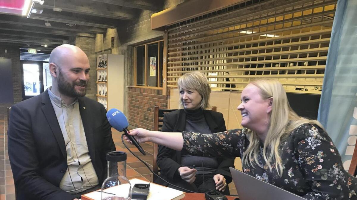 Stord-ordførar Gaute Straume Epland og Fitjar-ordførar Wenche Tislevoll blir intervjua på direkten