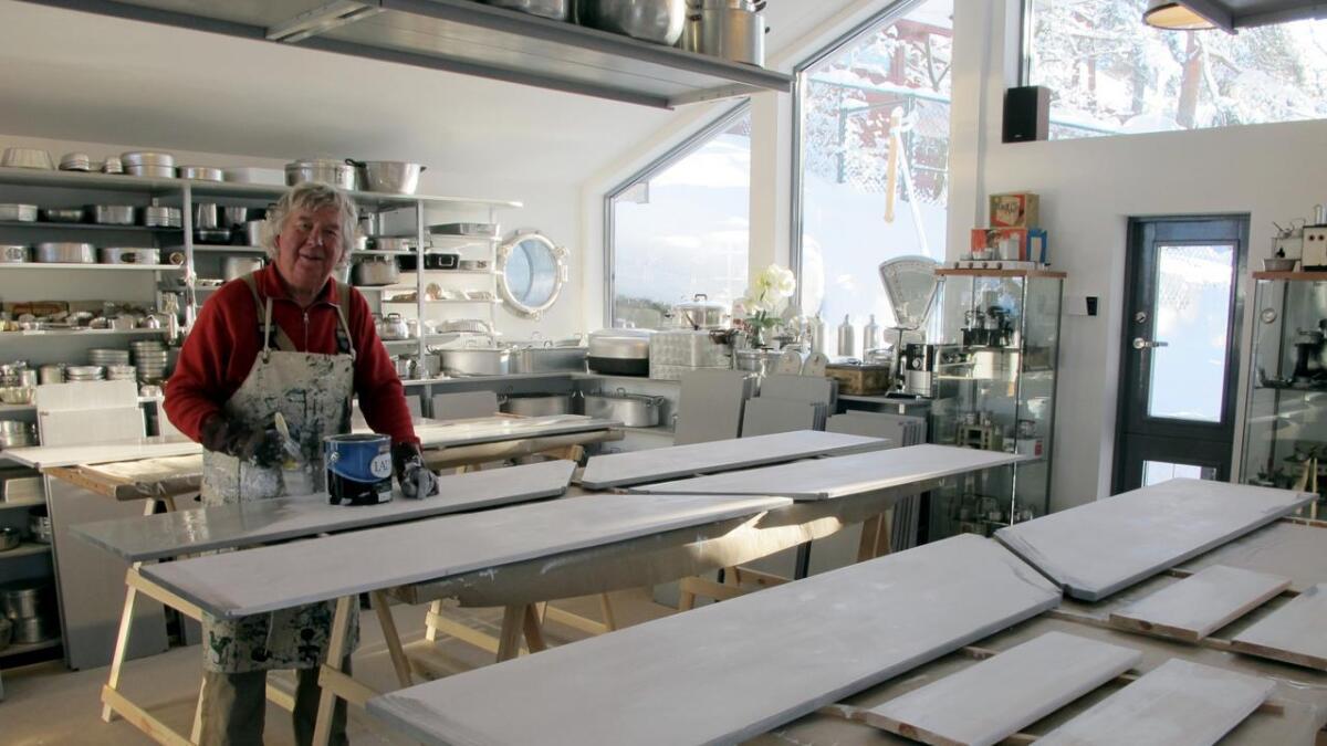 Hans Olaf Aanensen har laget og malt 200 hyller.