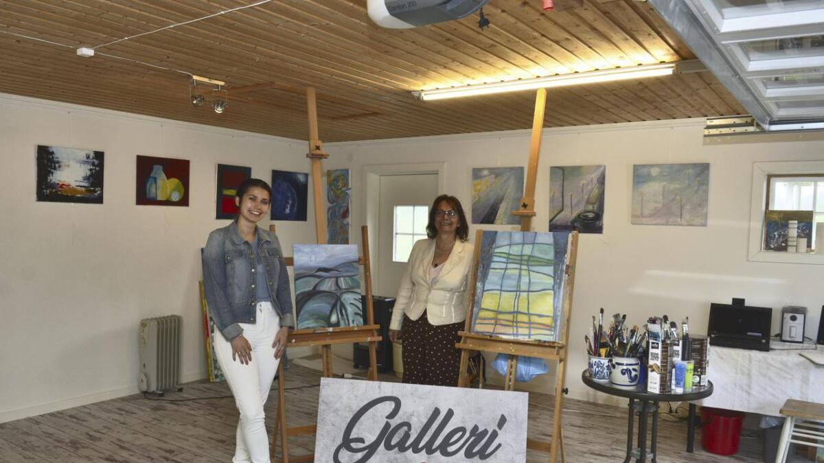 Hjemme langs Sjølivegen i Skogbygda har Cristina Vendelsen (t.h) etablert Galleri CC Art, der hun har både atelier, galleri og mini-maleklubb. Her er hun sammen med datteren Eva Eik Vendelsen som er innom på besøk.