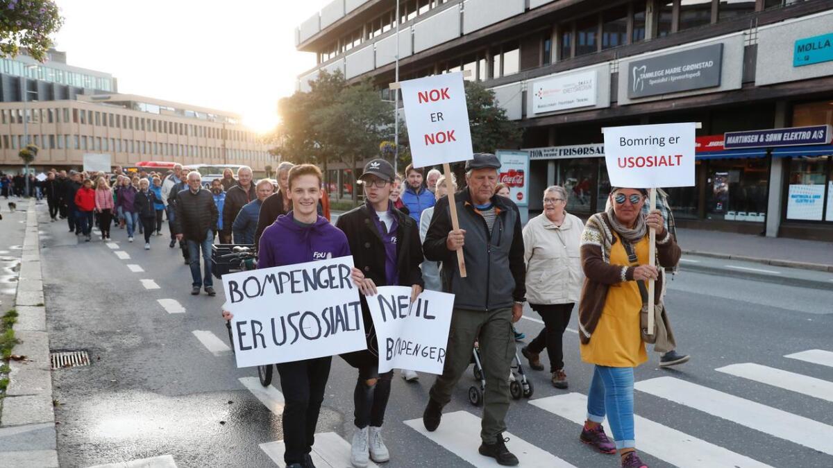 Artikkelforfatteren skriver at Rødt er imot bompengepolitikken fordi den rammer usosialt. Illustrasjonsbildet er hentet fra en tidligere aksjon mot bompenger i Fredrikstad.