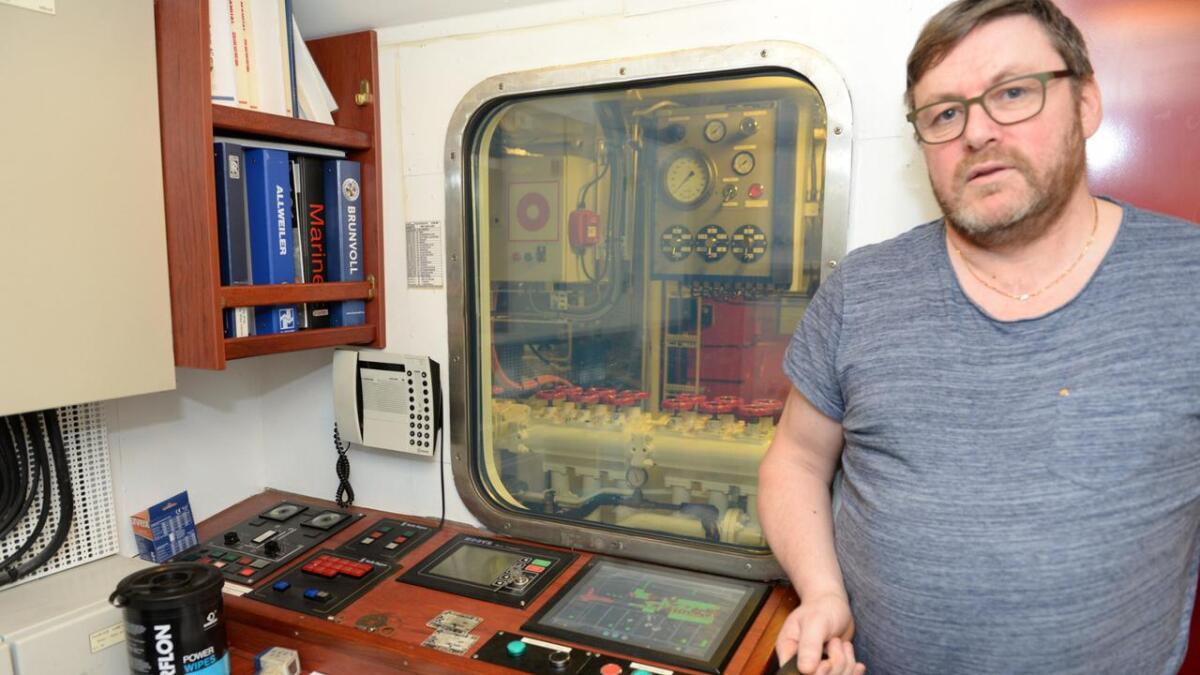 Harald Pedersen i kontrollrommet for maskinistene, og med vindu i støyveggen inn mot maskinen.