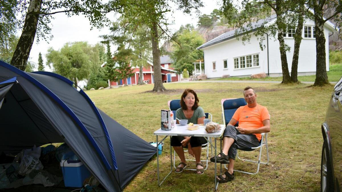 Det mener Ina og Jan Remi Litland fra Bergen, som koser seg på Bagatell Camping på Fevik for andre året på rad.