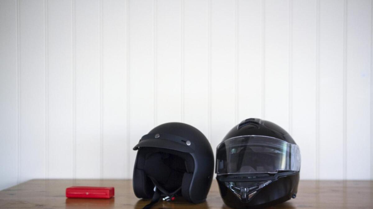 To MC-hjelmar får god tid til å kvile på pulten før neste års sesong startar.