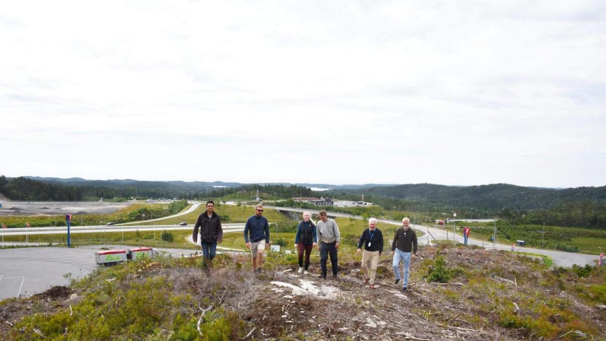 Her, like bak YX-stasjonen på Kjerlingland, vil verdens høyeste frittstående klatretårn reise seg i løpet av våren. Simón Lopéz, Tore Næss og Andre Indahl i Grimstad og Arendal Klatreklubb, Asbjørn Olsen, Arild Tveide i Businessregion Kristiansand og Trond Are Gjone i Lillesand Vekst gleder seg over at prosjektet snart realiseres. ARKIVFOTO