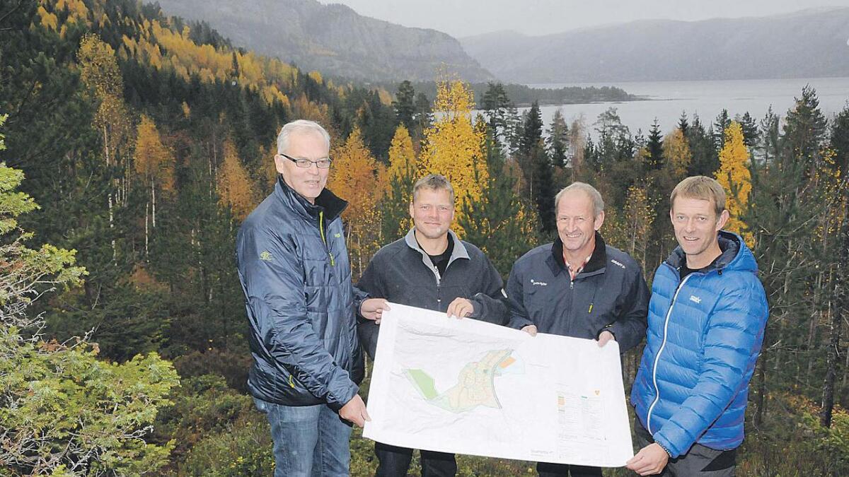 Jan Aarak (t.v.), Geir Pettersbakken, Carl Erik Winther Larsen og Ragnar Aarak i hyttefeltområdet. Dei er spente på om høge hytter i spesiell stil vil slå til i marknaden.