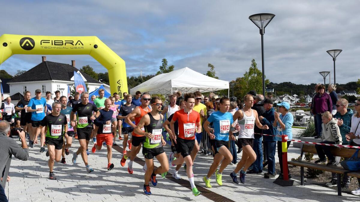 Løperne på halvmaraton er klare for 21 kilometer.