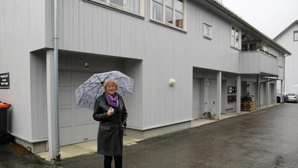 Gerd Helene Netteland foran garasjen hun har betalt eiendomsskatt for i 18 år. Hun           har aldri eid garasjen, for den valgte hun bort da hun kjøpte den nybygde leiligheten.