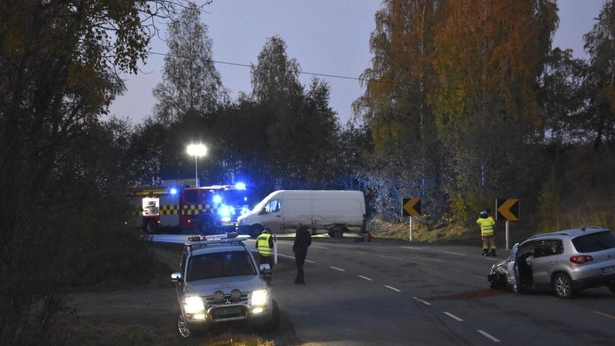 To biler var innblandet i en kollisjon på Hvamsvegen tidligere i kveld. Det er store materielle skader, men trolig ikke snakk om alvorlige personskader.