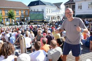Inviterer til fest og storskjerm på Torvet
