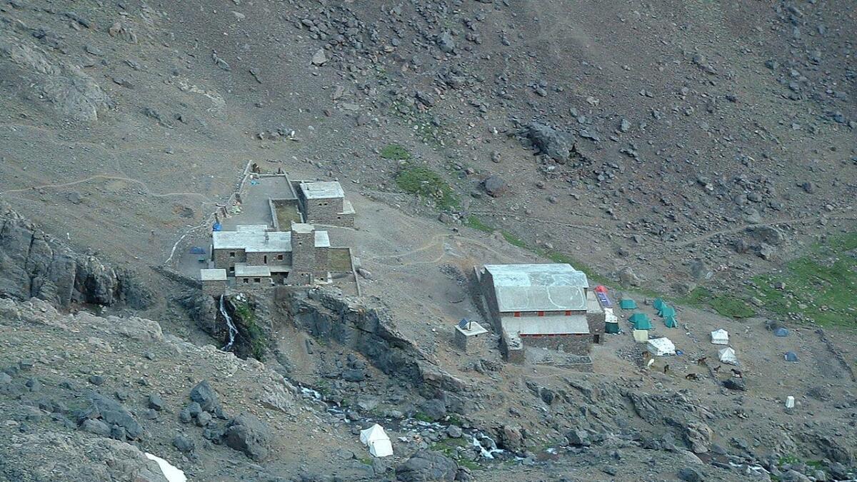 De to ha slått opp telt i nærheten av overnattingsstedet Club Alpin Francais (CAF) ved foten av Toubkal-fjellet.