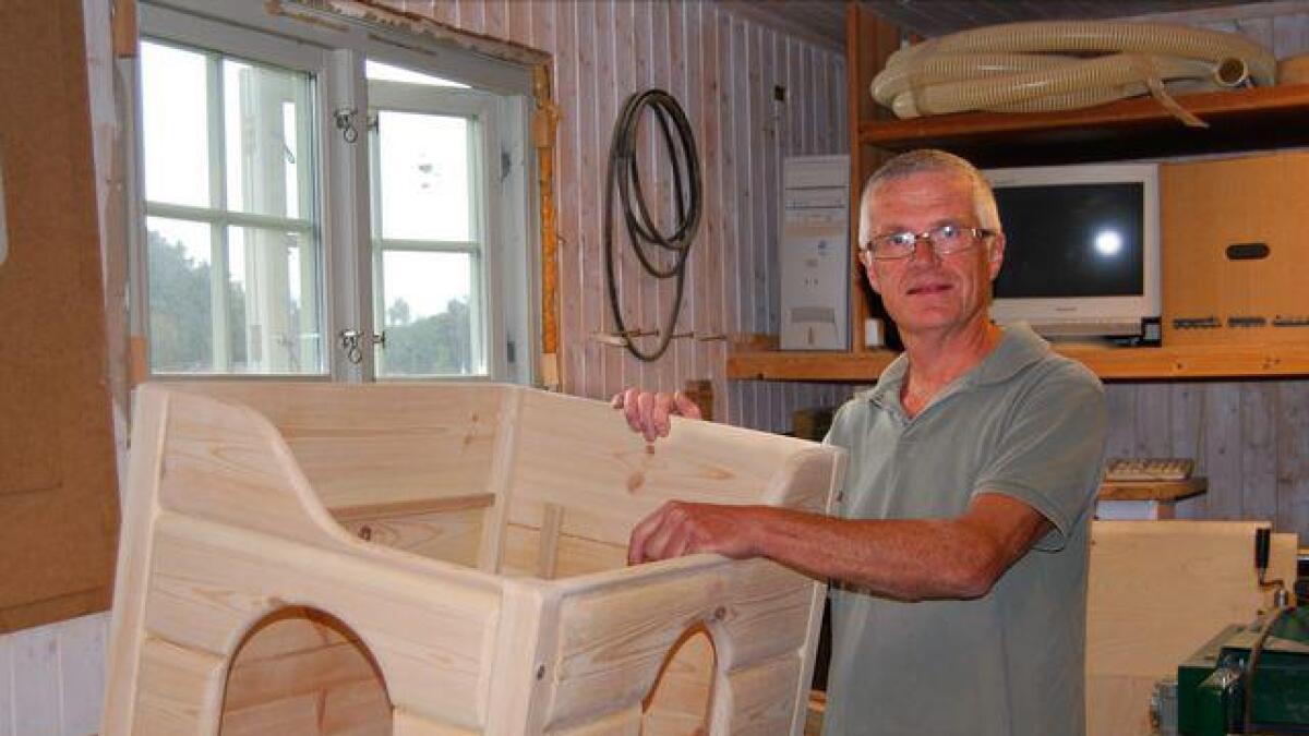 Knut Østreim med hundehuset «Busterbua», som skal brukes innendørs.